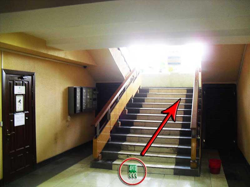 По лестнице подняться на второй этаж